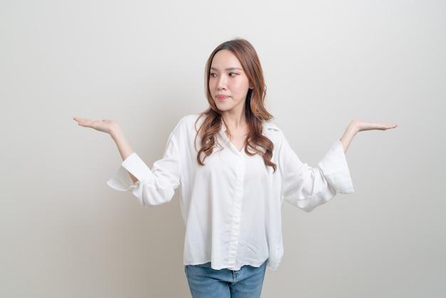 Portret mooie aziatische vrouw met hand presenteren of wijzen op witte achtergrond