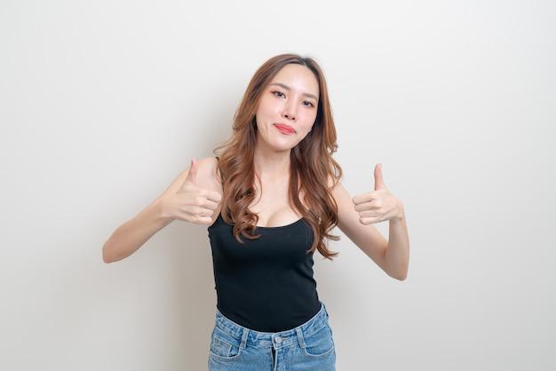 Portret mooie aziatische vrouw met hand toon ok of ga akkoord met handteken op witte achtergrond