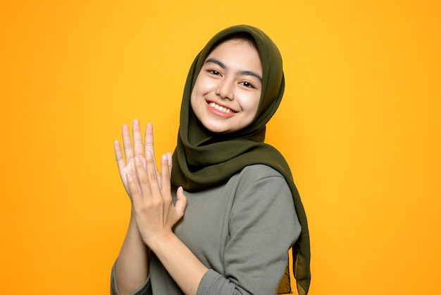 Portret mooie aziatische vrouw met hijab
