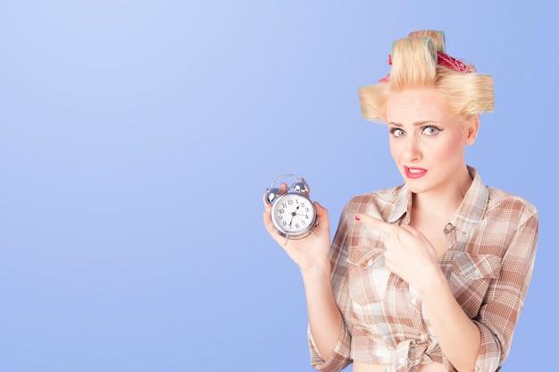 Portret mooie blonde vrouw pinup meisje retro stijl op blauw