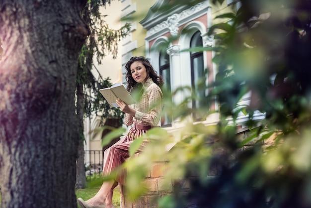 Portret mooie dame in de buurt van kleur stadsgebouw, vrije tijd