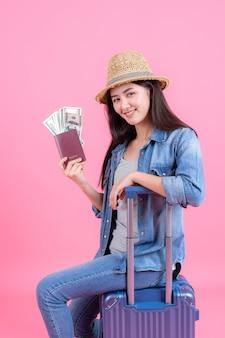Portret mooie glimlachende gelukkige tiener op roze
