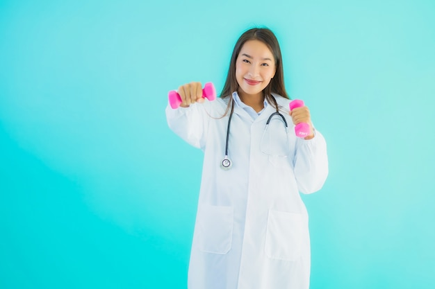 Portret mooie jonge aziatische artsenvrouw met domoor
