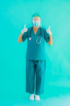 Portret mooie jonge aziatische artsenvrouw met masker en eyeglassses