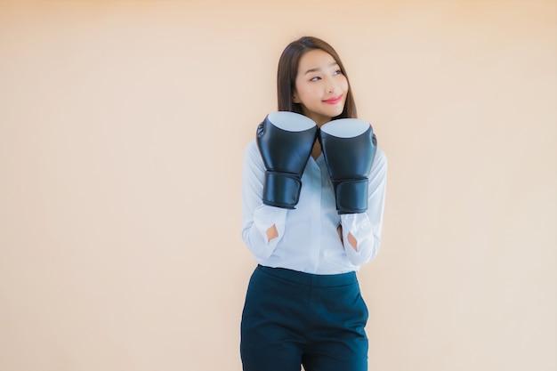 Portret mooie jonge aziatische bedrijfsvrouw met boksconcept