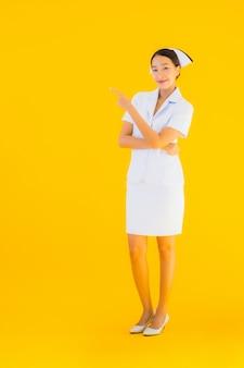 Portret mooie jonge aziatische thaise verpleegster