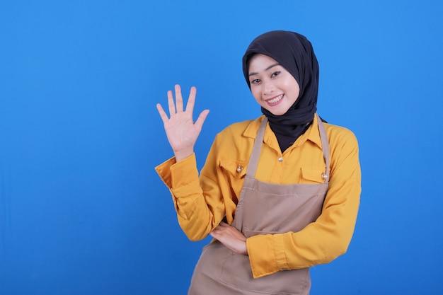 Portret mooie jonge aziatische vrouw die vijf stap op blauw richt