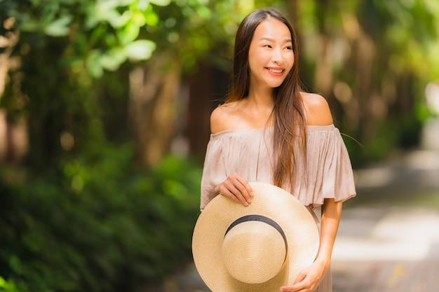 Portret mooie jonge aziatische vrouw glimlach gelukkig