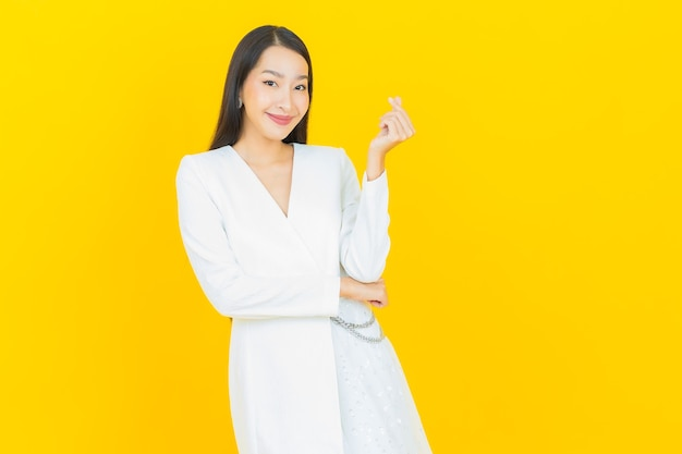 Portret mooie jonge aziatische vrouw glimlach met actie with
