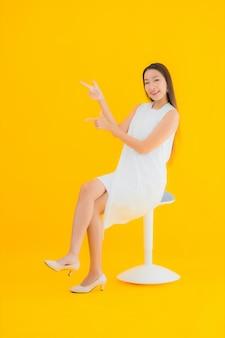 Portret mooie jonge aziatische vrouw in actie