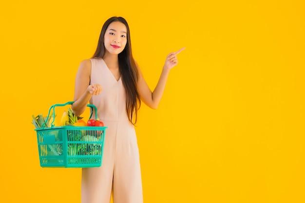 Portret mooie jonge aziatische vrouw met boodschappentas