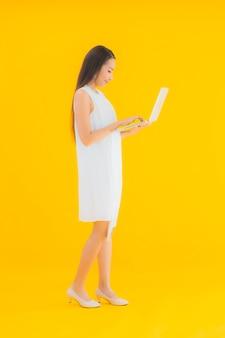 Portret mooie jonge aziatische vrouw met computerlaptop