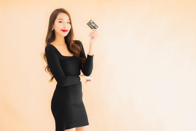 Portret mooie jonge aziatische vrouw met creditcard
