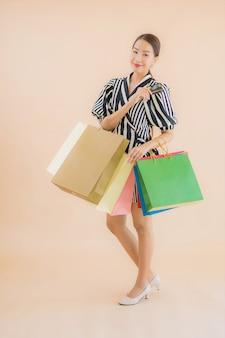 Portret mooie jonge aziatische vrouw met een heleboel boodschappentas