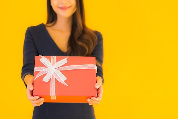 Portret mooie jonge aziatische vrouw met geschenkdoos