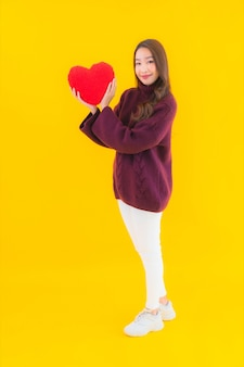 Portret mooie jonge aziatische vrouw met hart kussen vorm