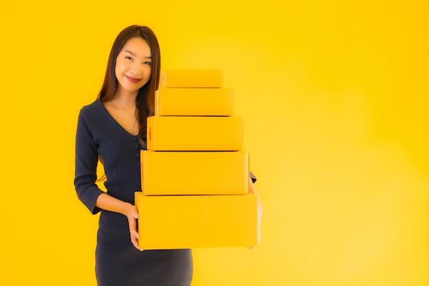Portret mooie jonge aziatische vrouw met kartonnen doos