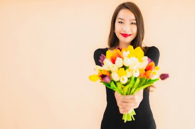 Portret mooie jonge aziatische vrouw met kleurrijke bloem
