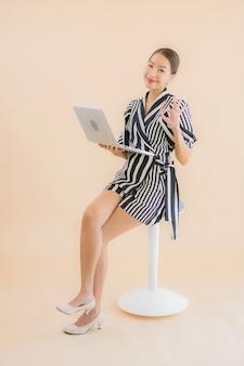 Portret mooie jonge aziatische vrouw met laptop of computer