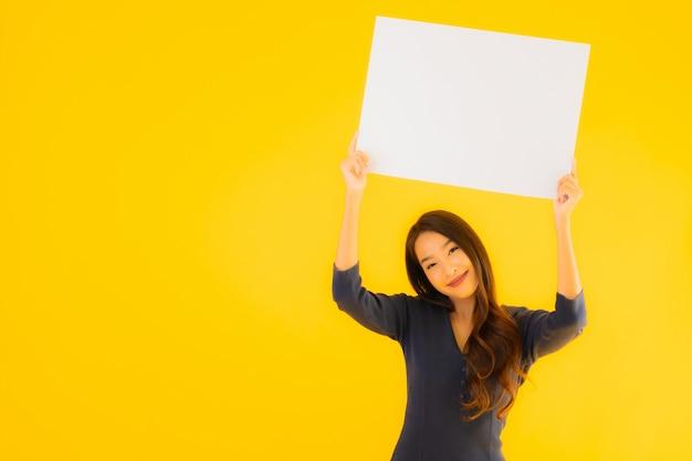 Portret mooie jonge aziatische vrouw met lege billboard