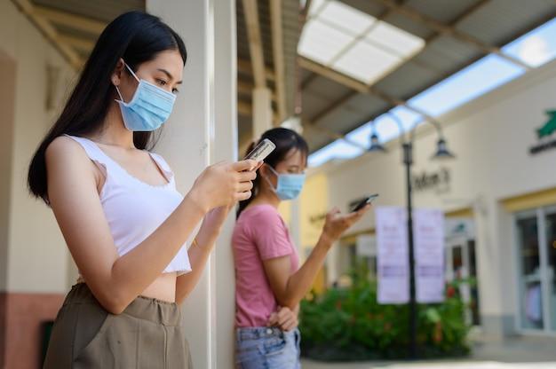 Portret mooie jonge aziatische vrouw met masker in veel actie voor bescherming tegen coronavirus of covid19