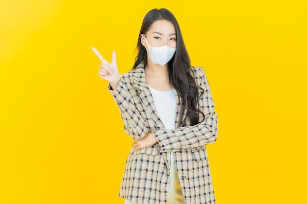 Portret mooie jonge aziatische vrouw met masker om covid19 of virus te beschermen