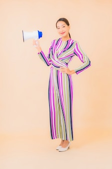 Portret mooie jonge aziatische vrouw met megafoon voor communicatie over kleur