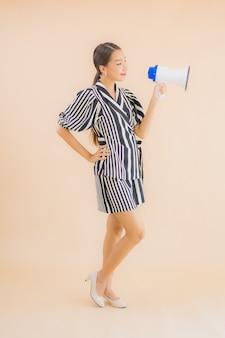 Portret mooie jonge aziatische vrouw met megafoon