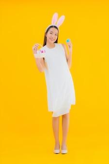 Portret mooie jonge aziatische vrouw met paasei