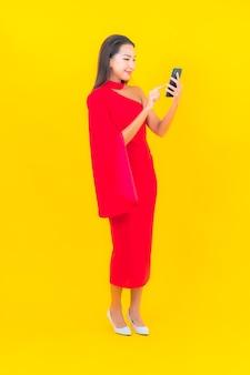 Portret mooie jonge aziatische vrouw met slimme mobiele telefoon
