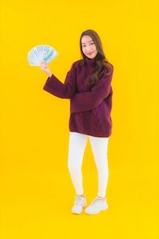 Portret mooie jonge aziatische vrouw met veel contant geld en geld