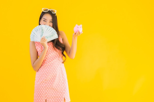 Portret mooie jonge aziatische vrouw met veel contant geld