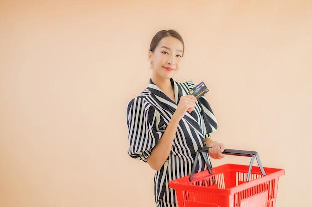 Portret mooie jonge aziatische vrouw met winkelmandje