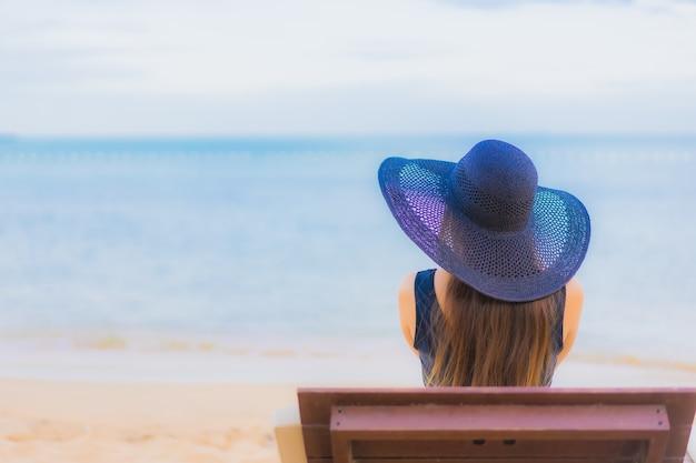 Portret mooie jonge aziatische vrouw rond overzeese strandoceaan