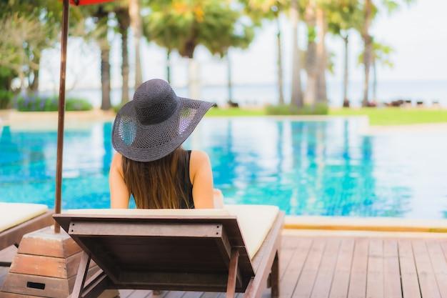 Portret mooie jonge aziatische vrouw rond zwembad