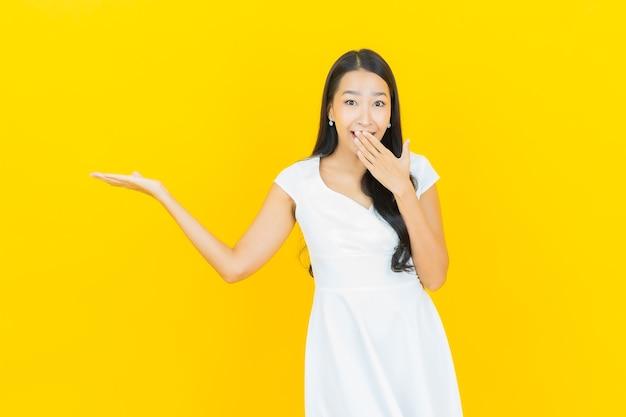 Portret mooie jonge aziatische vrouw smile