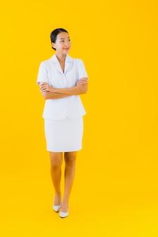 Portret mooie jonge aziatische vrouw thaise verpleegster glimlach gelukkig klaar voor werk voor patiënt
