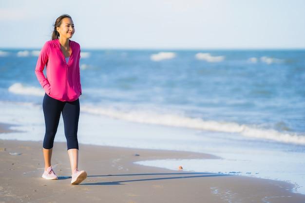 Portret mooie jonge aziatische vrouw uitgevoerd of oefenen op het tropica natuur landschap van strand