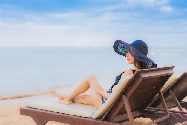 Portret mooie jonge aziatische vrouwen rond overzeese strandoceaan