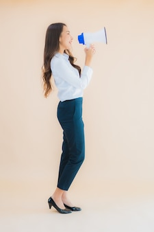 Portret mooie jonge aziatische zakenvrouw met megafoon voor cummunication