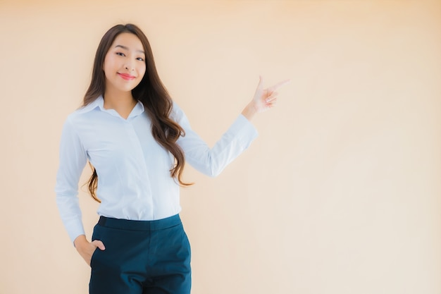Portret mooie jonge aziatische zakenvrouw