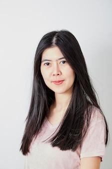 Portret mooie jonge casual aziatische vrouw