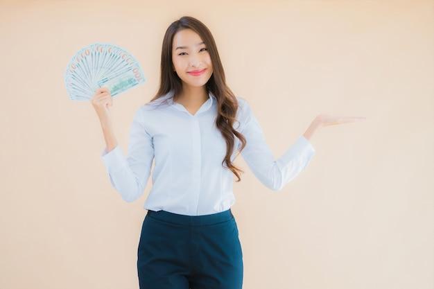 Portret mooie jonge zaken aziatische vrouw met contant geld of geld