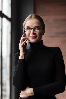 Portret mooie vrouw die bij telefoon spreekt