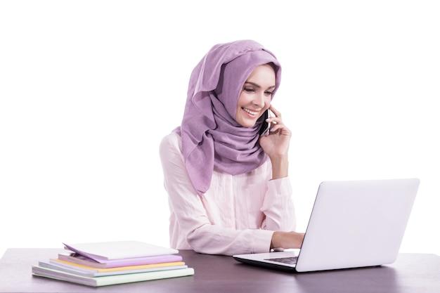 Portret mooie vrouw die hijab draagt