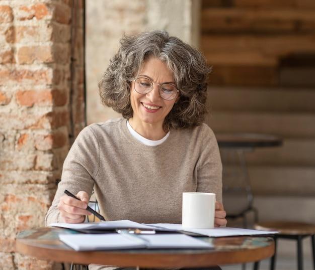 Portret mooie vrouw genieten van kopje koffie tijdens het woken