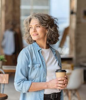 Portret mooie vrouw genieten van kopje koffie