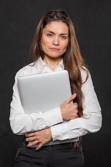 Portret mooie vrouw met laptop