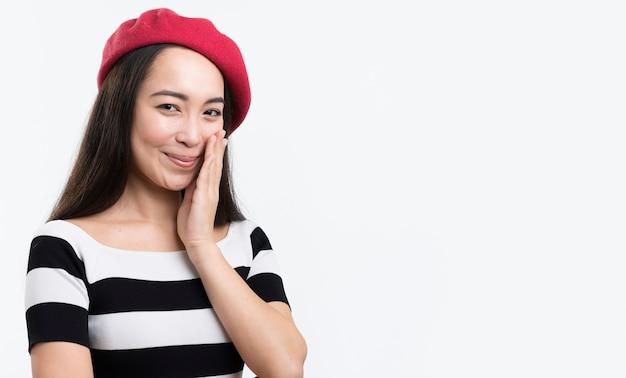 Portret mooie vrouw met rode hoed