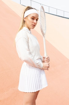 Portret mooie vrouwelijke tennisspeler